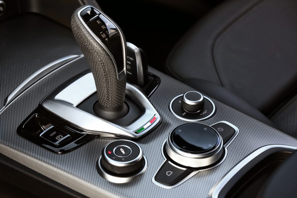 Alfa Romeo Stelvio, řadicí páka, auto